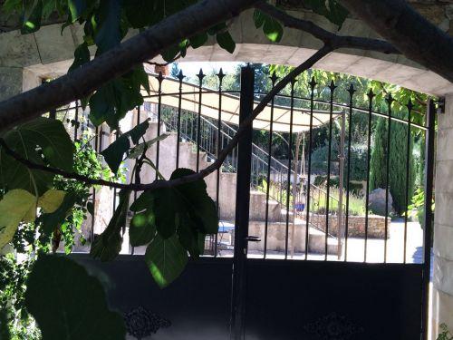 Doorkijkje via de poort hoofdingang