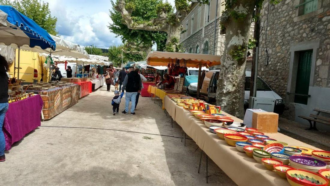 Joyeuse, prachtige markt op woensdagochtend