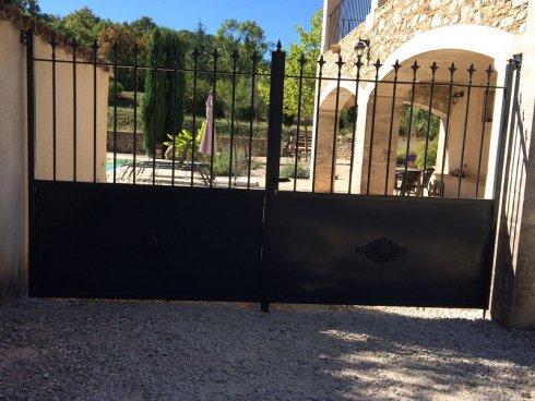Echte Franse metalen poorten bij de gîte geplaatst!